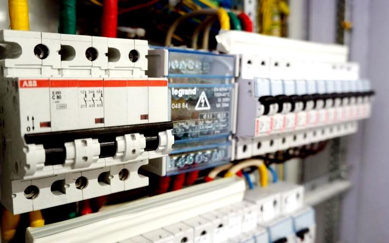 Подключение защитного автомата к электрощиту своими руками