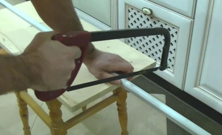 резка профиля для светодиодной ленты ножовкой по металлу