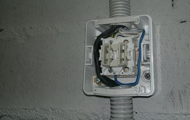Подключение провода в гофре к розетке