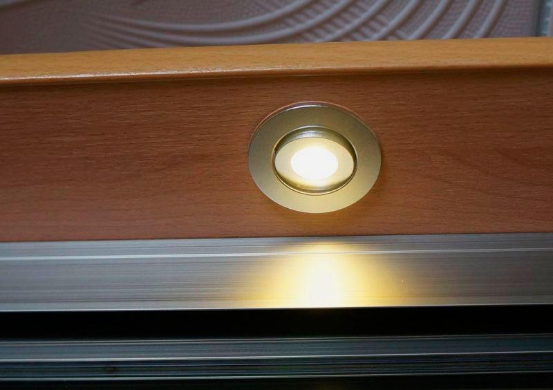 Точечный галогеновый светильник в шкафу