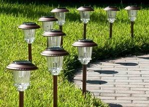 Светильники на солнечной батарее в саду