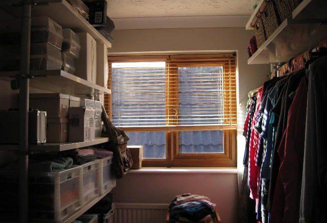 Естественное освещение в гардеробной комнате