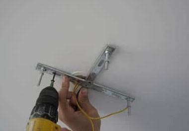 Как не попасть в провод во время сверления стены и потолка