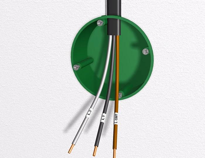 концы кабеля в монтажной коробке проходного диммера