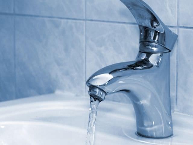 В ванной от смесителя бьет током
